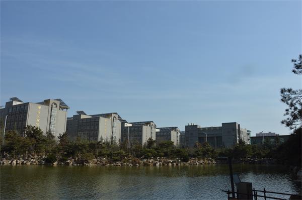 波光粼粼的人工湖